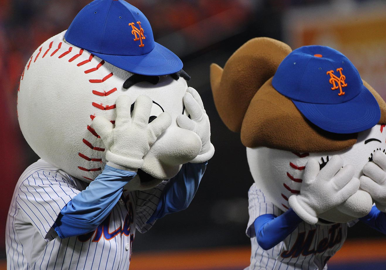 Mr. and Mrs. Met couldn't bare to look during Game 4 of the World Series.