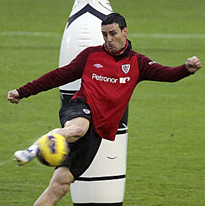 Aritz Aduriz, shown here during Friday's practice, scored his team-high 10th league goal of the season in the 11th minute.
