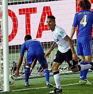 Paolo Guerrero headed the winner past Chelsea goalkeeper Petr Cech.