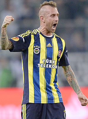 Raul Meireles played for Chelsea and Liverpoo before going to Fenerbahce.