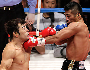 Japan's Takahasi Uchiyama defended his super-featherweight title with a sixth-round TKO of Costa Rica's Bryan Vasquez on Monday night in Tokyo.