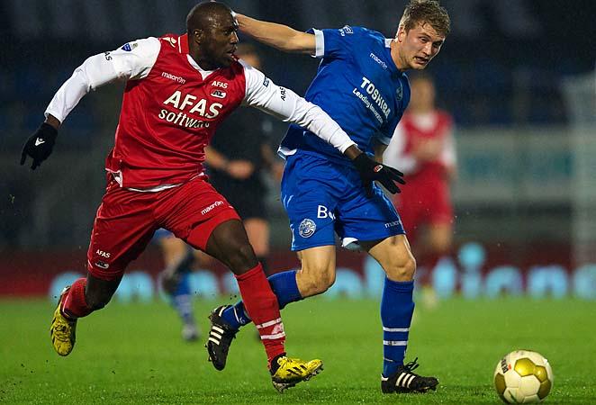 Jozy Altidore (left) of AZ Alkmaar and Jeffrey Buitenhuis of Den Bosch battle for the ball Tuesday.