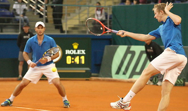 Andrey Golubev and Jurgen Melzer used a strong start to advance to the Davis Cup quarterfinals.