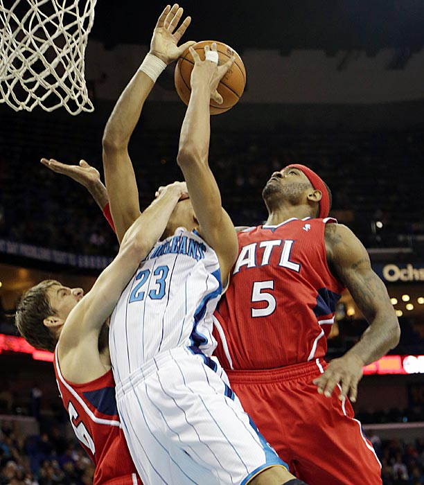 Atlanta's Kyle Korver (left) and Josh Smith team up on rookie Anthony Davis of New Orleans.