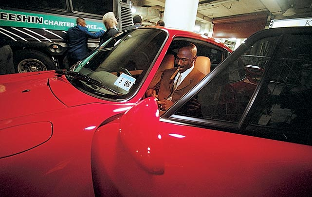 Jordan readies a cigar in his Porsche after a home game in 1998.
