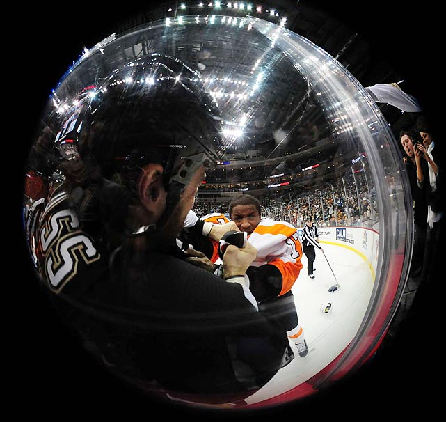 How a fight between Tanner Glass of the Penguins and Wayne Simmonds of the Flyers looks to a bass.