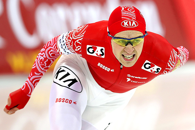 Russia's Denis Yuskov edged U.S.' Shani Davis by half a second to win the gold medal.