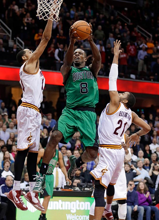 Green's second game-winning buzzer-beater in three weeks gave Boston a 93-92 victory over the Cavaliers in Cleveland. With the Celtics trailing 92-91 with 2.1 seconds left, Green received an inbounds pass beyond the three-point line up top and -- with the help of a Jason Terry screen -- drove hard to his right and all the way to the basket for a layup.