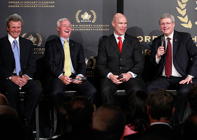 Left to right: Paul Henderson, Dave King, Mark Messier and Prime Minister Harper during the ceremony.