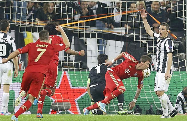 Mario Mandzukic (center) celebrates his 64th-minute goal for Bayern Munich.