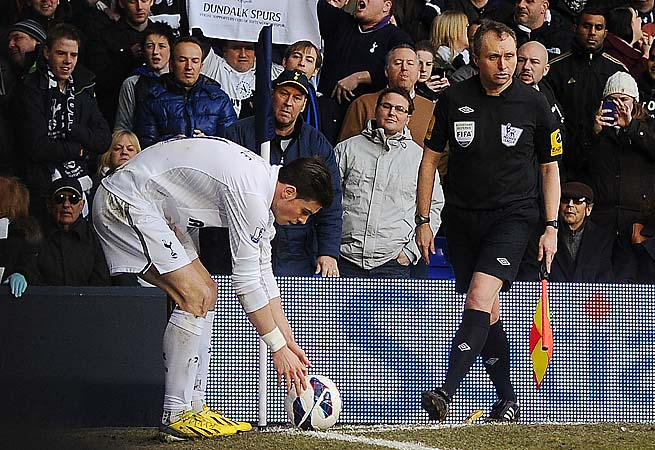Gareth Bale spots a corner kick after a banana (between referee's legs) was thrown at him.
