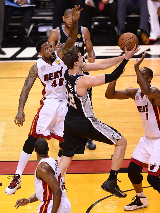 Tiago Splitter goes to the basket against Udonis Haslem and Chris Bosh.