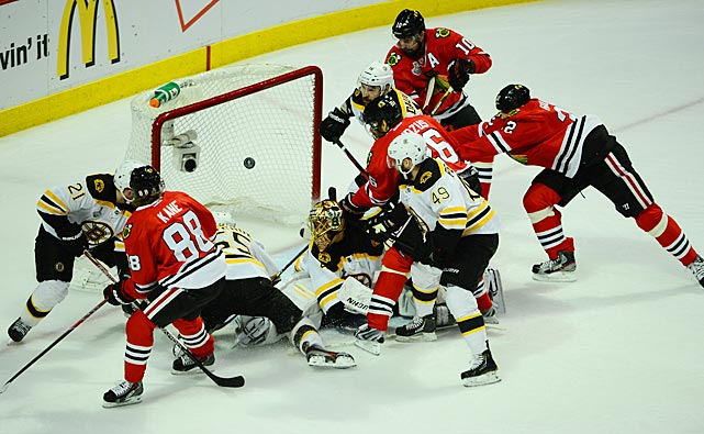 Patrick Sharp, assisted by Patrick Kane and Michal Handzus, scores for the 'Hawks at 11:22 in the 1st period.
