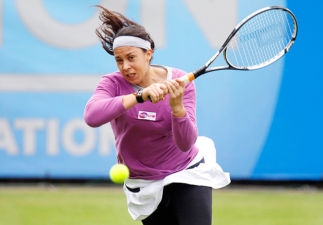 France's Marion Bartoli topped Italy's Flavia Pennetta 6-3, 6-2 in the Aegon International first round.