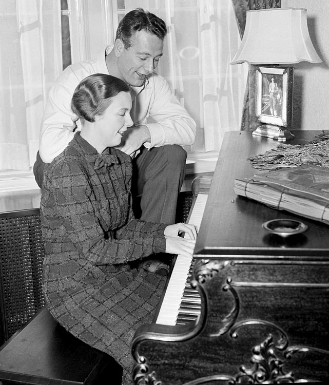 Eleanor Gehrig accompanies her husband Lou at their piano in Dec. 1936.