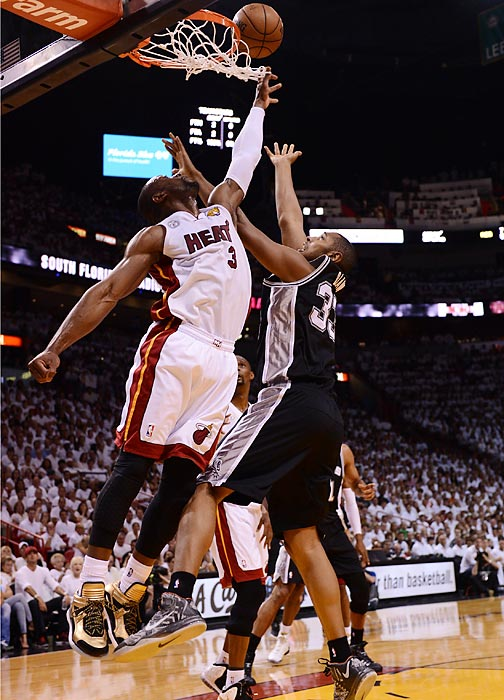 Dwyane Wade and Boris Diaw battle underneath the rim.