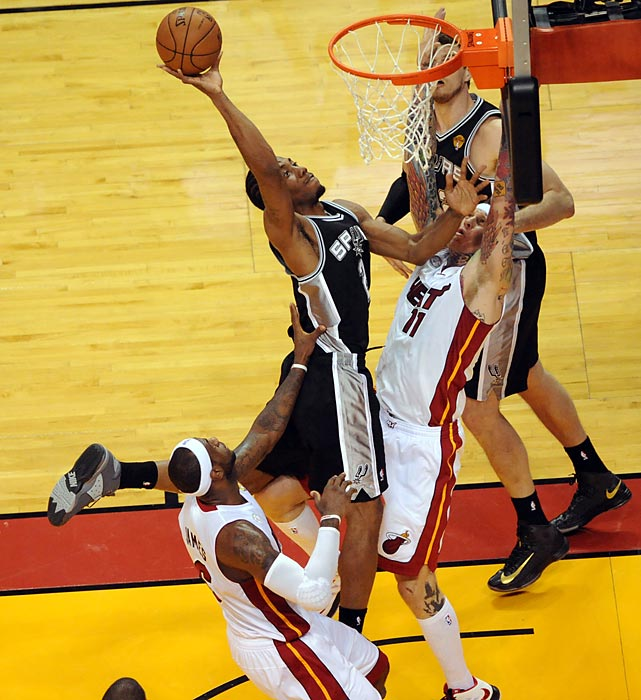 Kawhi Leonard puts up a layup over Chris Andersen.