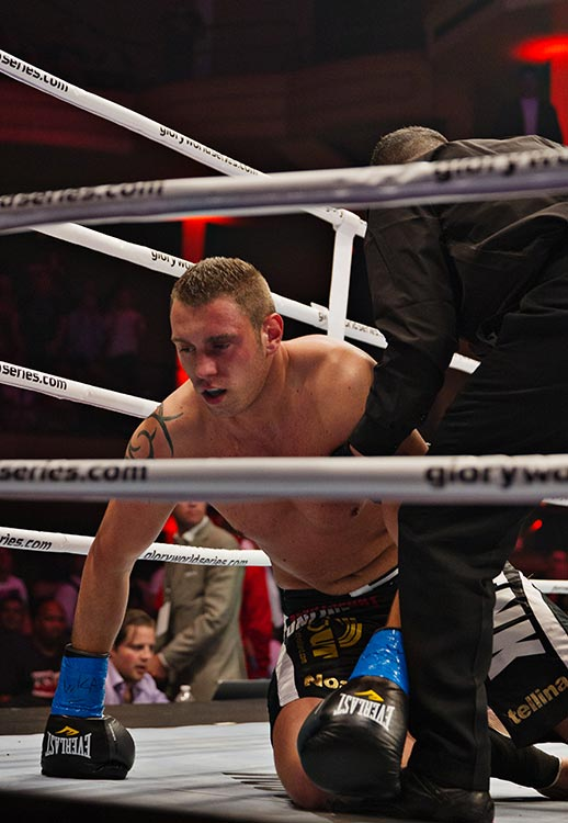 Michael Duut tries to get back up within his 10 seconds, does and then falls back down for the knockout.