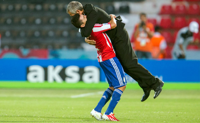 Paraguay's Mareco lifts up head coach Victor Genes after defeating Mexico on Tuesday.