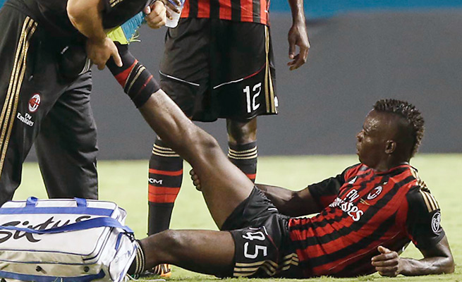 Mario Balotelli had to leave AC Milan's match with the LA Galaxy due to a thigh injury.