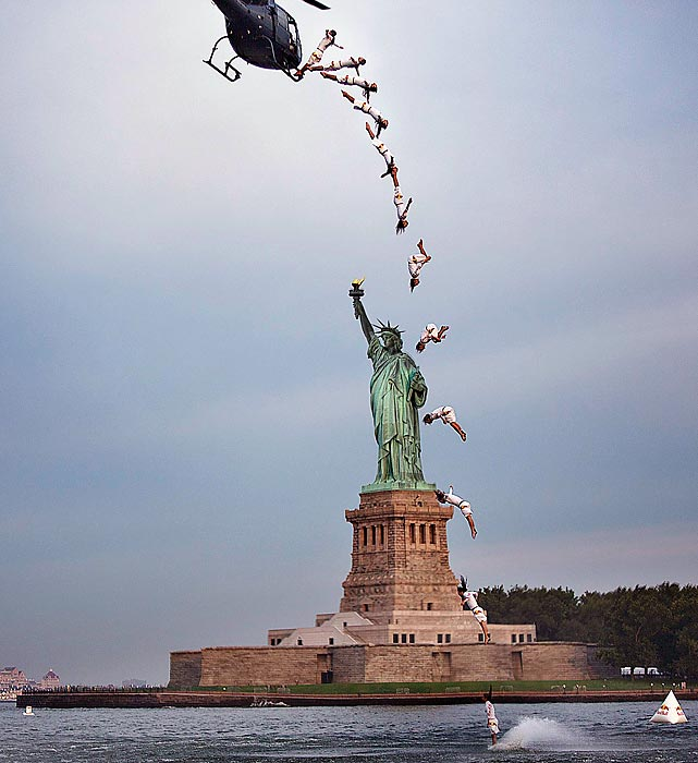 Orlando Duque completes a Flying back in front of the Statue of Liberty, a 75-foot dive, on Aug 19.