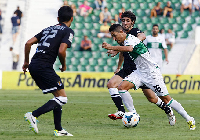 Fidel Chaves (center) and Elche surrendered a late goal in a draw against Real Sociedad.