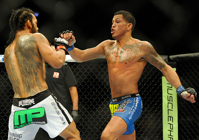 Anthony Pettis (right) earned the lightweight title by taking down Benson Henderson for the second time.