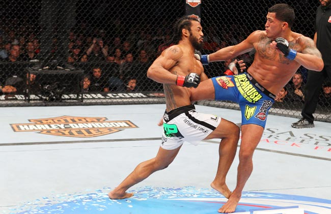Anthony Pettis (right) defeated Benson Henderson with 29 seconds left in the first round.