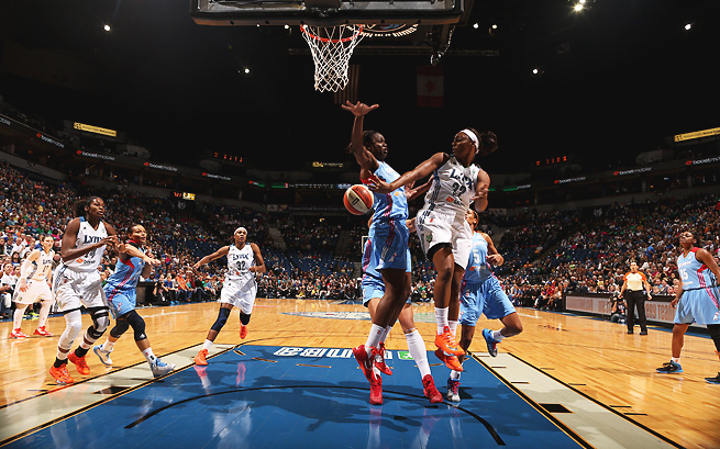 The Lynx's Monica Wright (22) dishes a pass during Game 2 of the WNBA Finals.