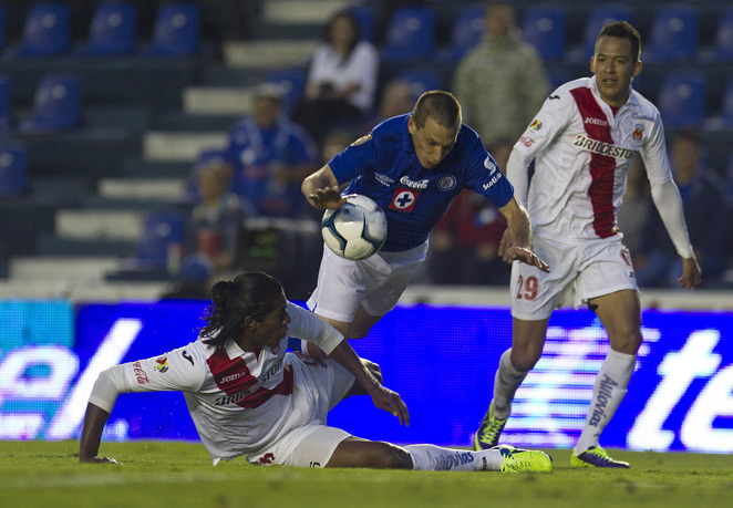 Chaco Gimenez (center) and Cruz Azul cemented their place in the Liga MX Apertura postseason.