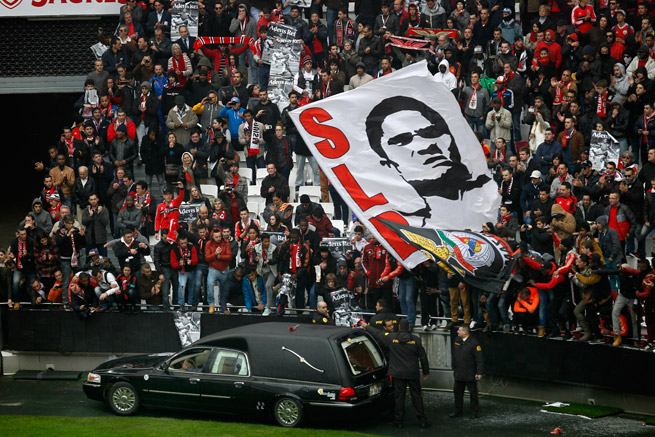 Thousands turned out to bid farewell to and salute the remains of Portugal great Eusebio, who died Sunday at 71.