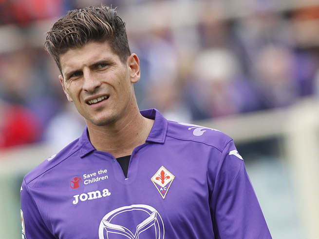 Germany forward Mario Gomez has returned to Fiorentina training after missing five months with a knee injury.