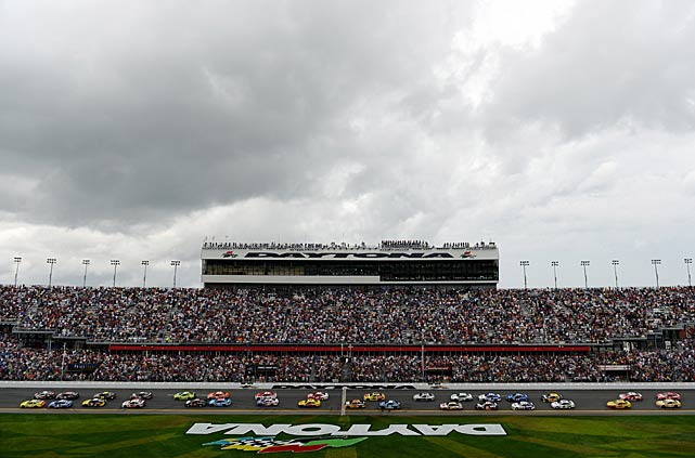 Austin Dillon and Matt Kenseth lead the field to the green flag to start the Daytona 500.