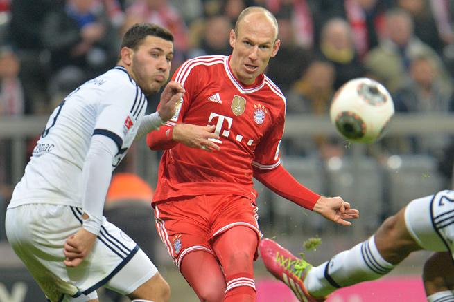 Arjen Robben scored three times for league-leader Bayern as it destroyed Schalke, 5-1.