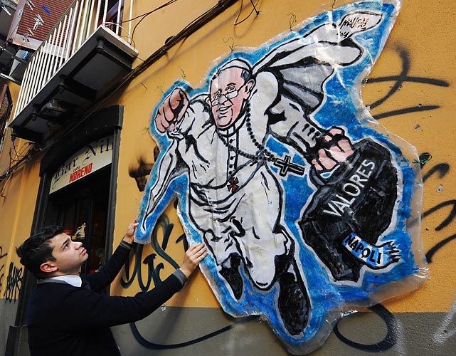 Continuing in our theological vein, Sandro the barkeep at the Nilo saloon in Naples posted a mural by the artist Maupal claiming that Pope Francis roots for SSC Napoil. We had the Pontiff pegged as a Saints fan.