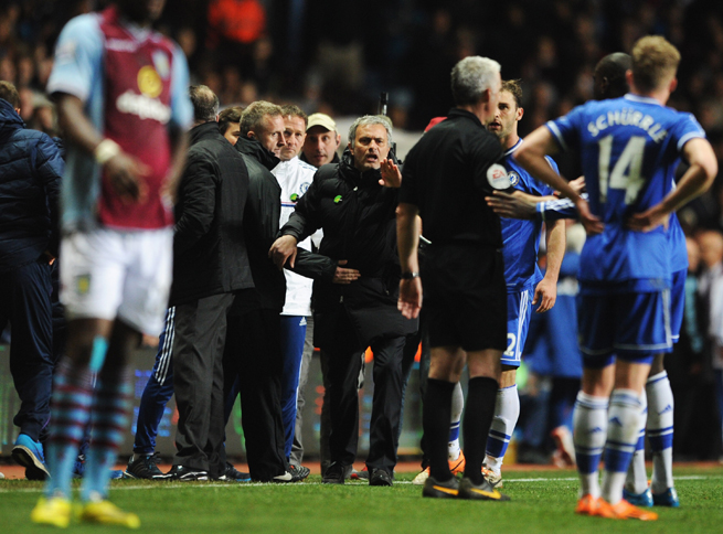 Chelsea manager Jose Mourinho, center, protests referee Chris Foy during the Blues' match against Aston Villa on Saturday.