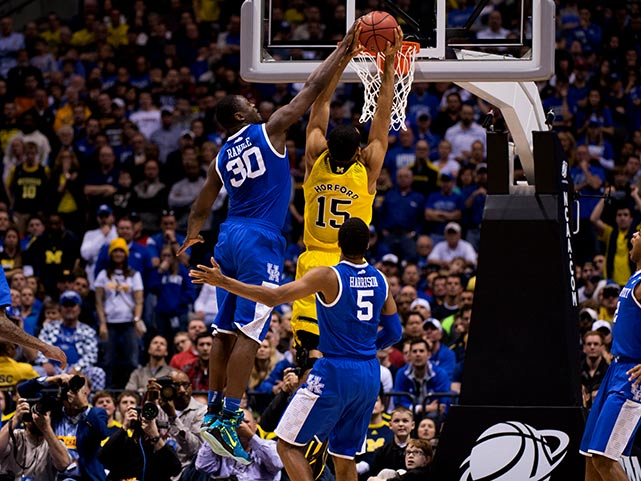 Julius Randle attempts to block a shot by Jon Horford.