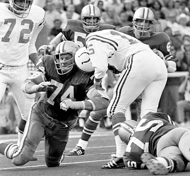 Defensive lineman Bob Lilly of the Dallas Cowboys stops Morrall during Super Bowl V. The Colts won 15-13 on Jim O'Brien's field goal with :05 seconds to go in the game.