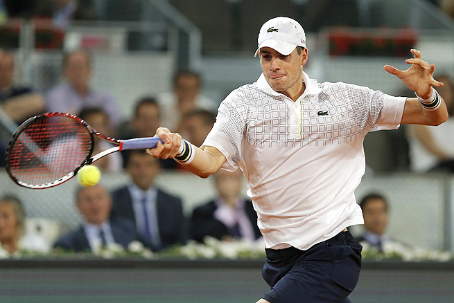 Top-seeded John Isner couldn't hold on against Federico Delbonis, losing 6-4, 5-7, 7-6 (6).