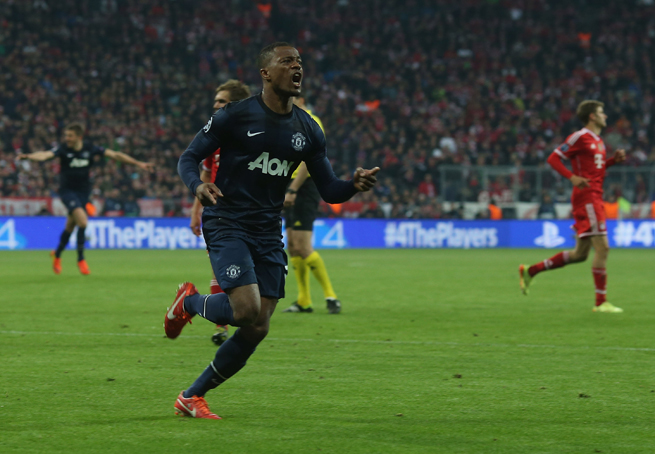 Manchester United fullback Patrice Evra will remain with the club for another season after signing a new deal.