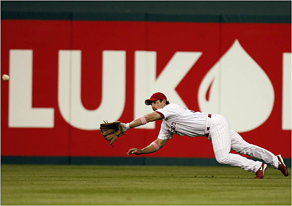 Phillies center fielder Aaron Rowand makes a diving catch against the Giants on Sunday at Citizens Bank Park.