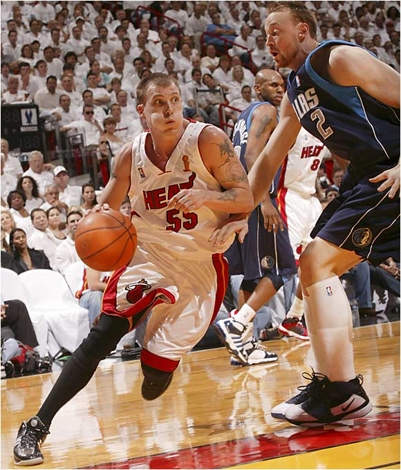 Jason Williams hit a pair of three-pointers while focusing on getting Shaquille O'Neal involved in the offense early in the game.