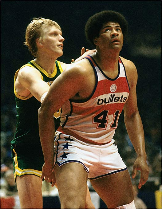... then Washington Bullets. Coach Dick Motta relied on a deep group that boasted semi-stars Mitch Kupchak and Greg Ballard as bench contributors, while the beefy Wes Unseld held serve down low. The 34-year-old center averaged nearly 12 rebounds in just 33 minutes of action while dishing 4.1 assists per game -- some of which came off 70-foot outlet passes. Elvin Hayes, however, was Washington's transcendent star. He averaged 19.7 points and 13.3 rebounds on the season, joining Unseld and Bobby Dandridge in a legendary frontcourt that gave Washington its only NBA title.