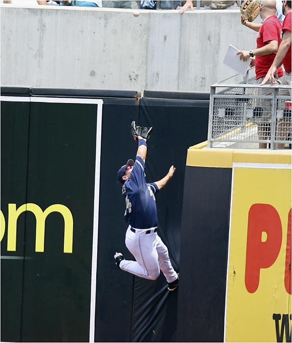 Right fielder Brian Giles nearly hauls down this deep fly ball during Wednesday's Phillies-Padres tilt in San Diego.