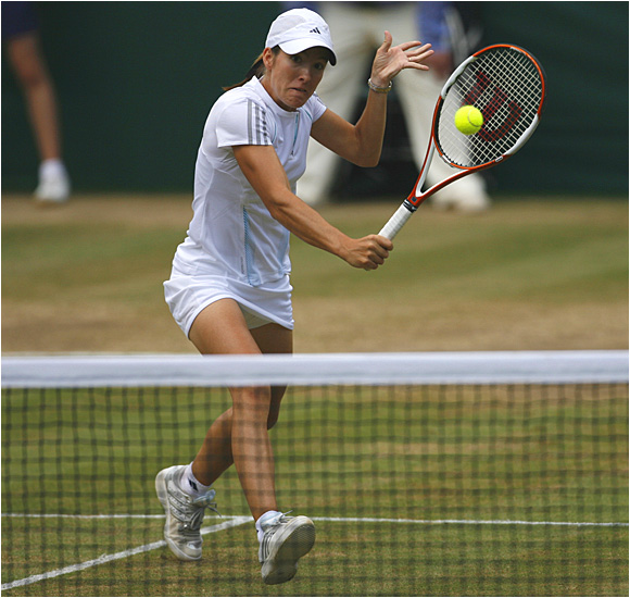 Justine Henin-Hardenne lost despite having more winners (31-28) and fewer unforced errors (22-20) than Amelie Mauresmo.