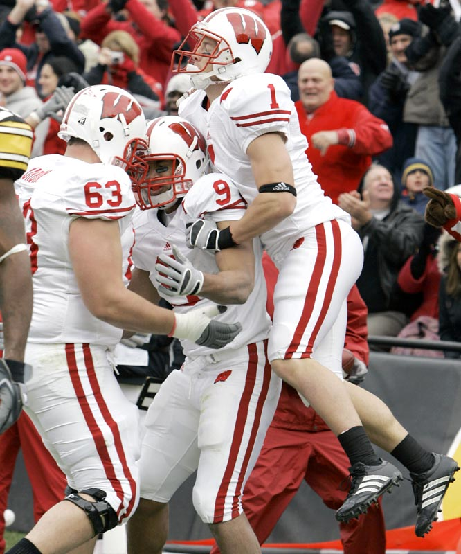 Travis Beckum (center) caught a 3-yard touchdown pass from Tyler Donovan as the Badgers improved to 10-1 on the season.
