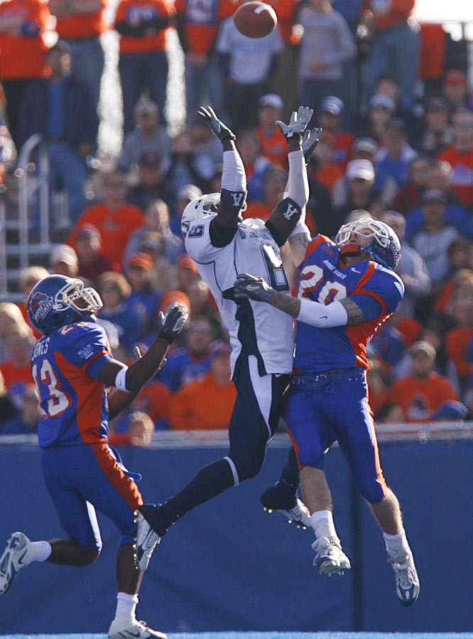 The Broncos, who have now won 51 of their last 53 games on the blue turf in Boise, remained unbeaten to stay in the hunt for a BCS bid.