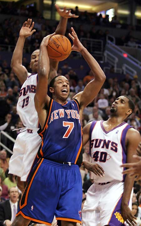 Amare Stoudemire scores 26 of his 30 points in the second half. (Raja Bell, 19, and Kurt Thomas, 40, in photo)