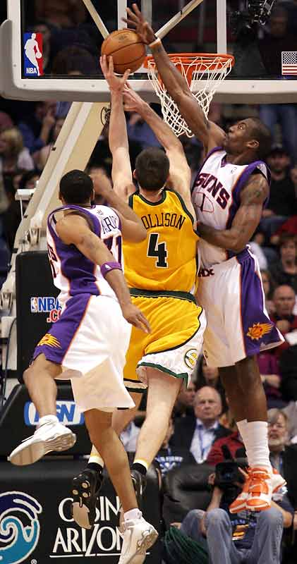 Shawn Marion (27 points, 15 rebounds) and Steve Nash (27 points, 11 assists) provide the most damage against the Sonics. (Marion, Amare Stoudemire in photo)