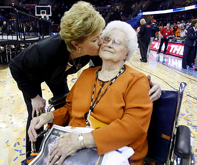 Pat Summitt gives her mother, Hazel Head, a big kiss after the Vols won the national championship on Tuesday.